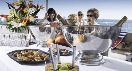 repas dentreprise sur un catamaran dans l herault